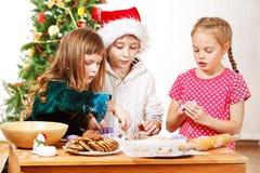 Bambini che producono i biscotti Immagini Stock Libere da Diritti
