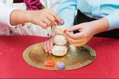 Bambini che producono il dessert di natale Fotografie Stock Libere da Diritti
