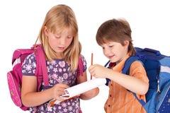 Bambini che propongono per di nuovo al tema del banco Fotografie Stock Libere da Diritti