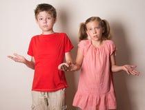 Bambini che rifiutano la responsabilità che nega errore con non la m. Immagini Stock