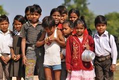Bambini che ritornano dal banco. L'India Fotografie Stock