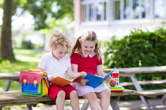 Bambini che ritornano a scuola, inizio di anno Immagine Stock