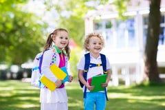 Bambini che ritornano a scuola, inizio di anno Fotografie Stock Libere da Diritti