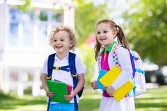Bambini che ritornano a scuola, inizio di anno Immagini Stock