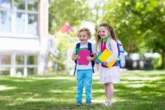 Bambini che ritornano a scuola, inizio di anno Immagine Stock Libera da Diritti