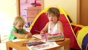 Bambini che schizzano sulla carta Fotografia Stock Libera da Diritti