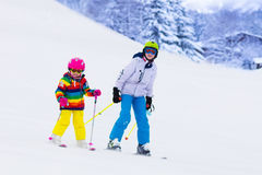 Bambini che sciano nelle montagne Fotografia Stock Libera da Diritti