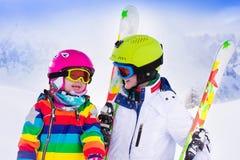 Bambini che sciano nelle montagne Fotografie Stock Libere da Diritti