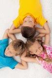 Bambini che si distendono e che meditating fotografie stock
