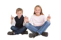 Bambini che si siedono nella posizione di yoga Immagine Stock