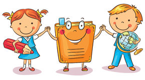 Bambini che si tengono per mano con un libro come simbolo di apprendimento, conoscenza, istruzione Immagini Stock Libere da Diritti