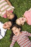 Bambini che si trovano nel trifoglio che grida Fotografia Stock Libera da Diritti
