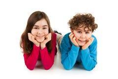 Bambini che si trovano sul fondo bianco Fotografia Stock