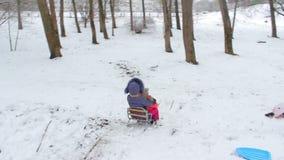 Bambini che sledding giù le colline archivi video