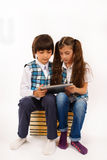 Bambini che stanno lottando per il pc del ridurre in pani Fotografia Stock