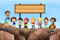 Bambini che stanno nell'ambito del segno royalty illustrazione gratis