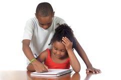Bambini che studiano insieme Fotografie Stock Libere da Diritti