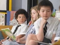 Bambini che studiano nell'aula immagine stock libera da diritti