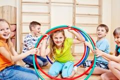 Bambini che tengono i cerchi di hula Immagini Stock