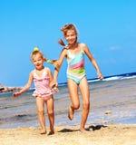 Bambini che tengono le mani che funzionano sulla spiaggia. Fotografia Stock
