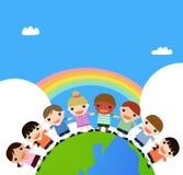 Bambini che tengono le mani che si levano in piedi in cima al eart Fotografie Stock