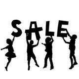 Bambini che tengono un messaggio di vendita Fotografia Stock Libera da Diritti