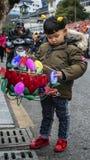 Bambini che tengono una lanterna nella via fotografia stock libera da diritti