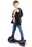 Bambini che usando hoverboard, un bordo a due ruote di equilibrio Contenuto dell'editoriale Immagine Stock