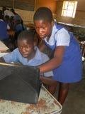 Bambini che utilizzano computer portatile nell'aula Fotografia Stock Libera da Diritti