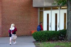 Bambini che vanno al banco Immagine Stock