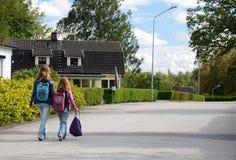 Bambini che vanno al banco Fotografia Stock Libera da Diritti