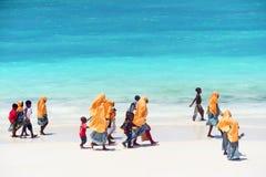 Bambini che vanno a scuola a Zanzibar fotografia stock
