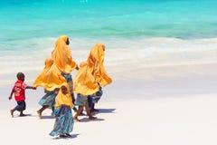 Bambini che vanno a scuola a Zanzibar immagine stock
