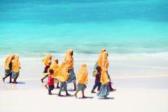 Bambini che vanno a scuola a Zanzibar immagini stock libere da diritti