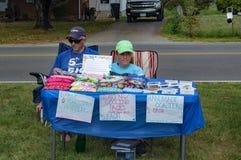 Bambini che vendono gli oggetti fatti a mano immagine stock
