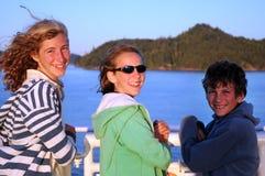 Bambini che viaggiano in traghetto fotografia stock libera da diritti