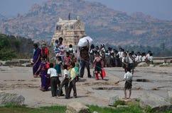 Bambini che visitano luogo sacro di Hampi Fotografia Stock