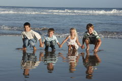 Bambini circa da saltare Fotografia Stock