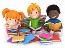 Bambini circondati da Books Immagini Stock