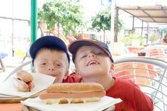 Bambini con gli hot dog Fotografia Stock