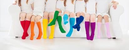 Bambini con i calzini variopinti Calzature dei bambini immagine stock libera da diritti