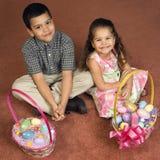 Bambini con i cestini di Pasqua. Fotografia Stock