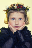 Bambini con i fiori della porcellana Immagini Stock
