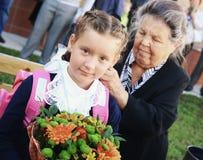 Bambini con i fiori sul primo giorno di scuola a Mosca Immagini Stock Libere da Diritti