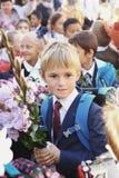 Bambini con i fiori sul primo giorno di scuola a Mosca Fotografie Stock Libere da Diritti