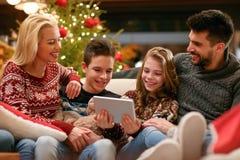 Bambini con i genitori sulle foto di sorveglianza di festa fotografia stock