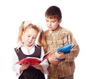 Bambini con i libri isolati su bianco fotografia stock libera da diritti