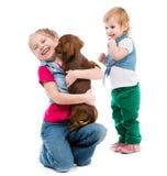 Bambini con il bassotto tedesco Fotografia Stock Libera da Diritti
