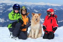 Bambini con il cane in alpi Fotografie Stock Libere da Diritti