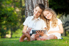 Bambini con il computer della compressa Immagine Stock